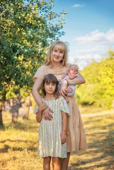 Мама с детьми и дочками. выборочный фокус. люди.