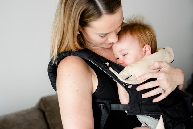 캐리어에 그녀의 아기와 엄마