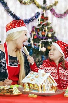 그녀의 딸과 함께 엄마 진저 브레드 하우스 준비