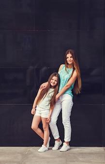Tシャツを着ている彼女の娘とお母さん