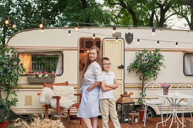 車輪の家の近くの夏の休暇に彼女の息子とお母さん