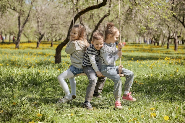 Мама с тремя детьми отдыхает в летнем парке