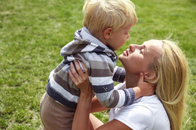 Мама с сыном развлекаются на траве