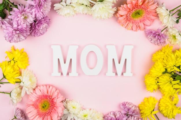 新鮮な花の間のお母さんの言葉