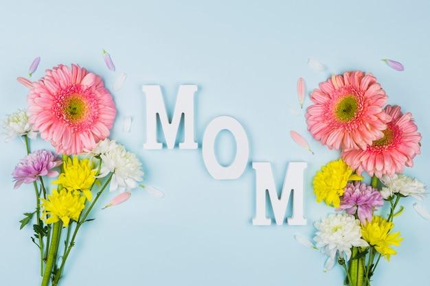 明るい新鮮な花の花束の近くのお母さんの言葉