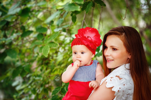 Momの手に座っているかわいい幼児の赤ちゃん