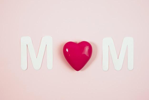 Mom текст с сердечками на цветном фоне