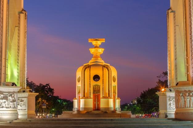 Памятник момент демократии в сумерках (бангкок, таиланд)