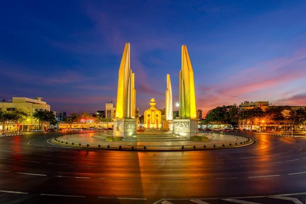 Памятник момент демократии в сумерках это не машина на дорогах (бангкок, таиланд)