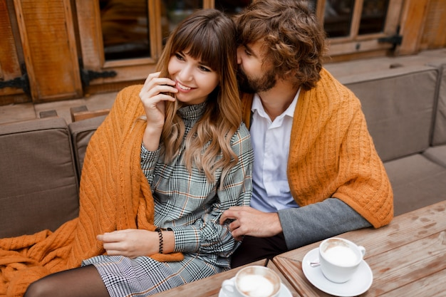 Моменты. охлаждающая пара в любви, сидя на террасе, пьет утренний кофе и наслаждается завтраком.