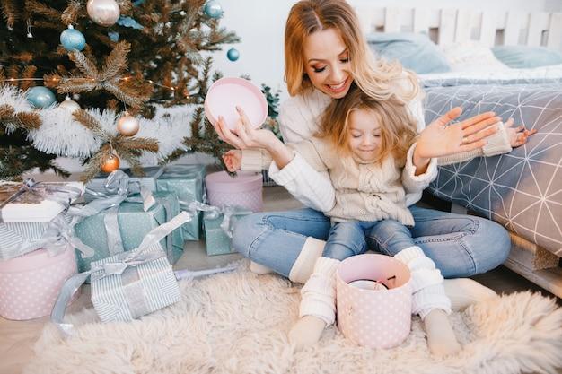 ママと娘が贈り物を開く