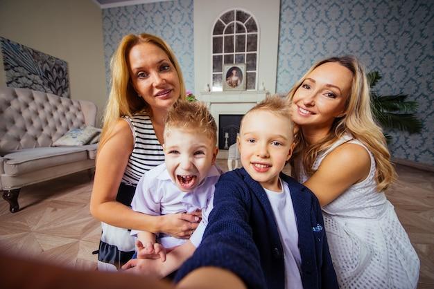 リビングルームで時間を過ごすママと子供たち