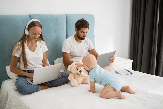 Пн и папа работают из дома во время карантина с ребенком