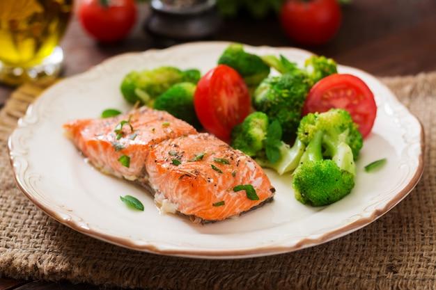 ブロッコリーとトマトを添えた焼き魚のmon食事メニュー。魚のメニュー。シーフード-サーモン。