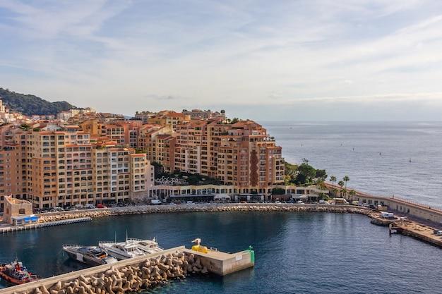 Дома на берегу моря в монако.