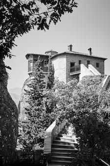 ギリシャのメテオラの修道院。ルサノウ尼僧院。白黒写真、風景