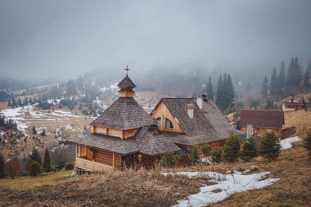 수도원과 산에 안개