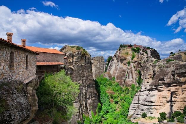Монастырь на вершине скалы в метеоре, греция
