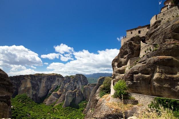ギリシャ、メテオラの岩の上にある修道院