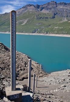 Moncenisio 댐, 이탈리아/프랑스 국경. 수위를 측정하는 데 사용되는 미터입니다.