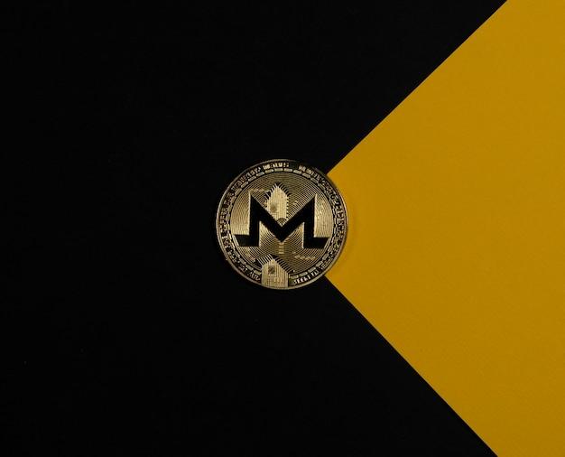 封筒の暗号通貨や暗号投資のような黒と黄色の背景にモネロゴールデンコイン