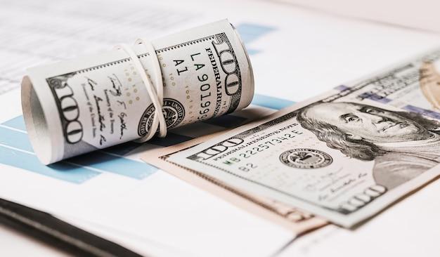 사무실에서 돈과 비즈니스 문서. 투자, 세금, 수입, 지불, 금융 개념
