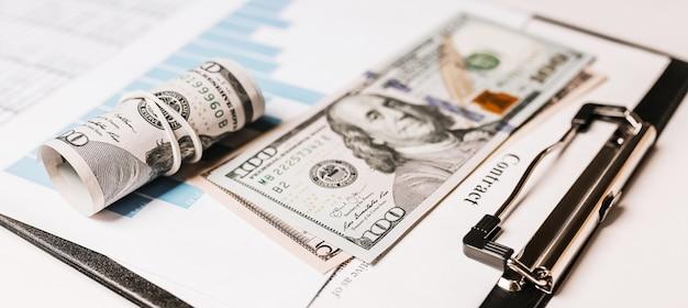 オフィスのお金とビジネス文書。投資、税金、収益、支払い、財務の概念