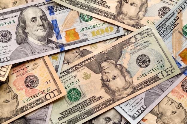 お金と財政。アメリカのアメリカの国の通貨紙幣、10、20、50ドル、100ドルの価値のあるさまざまな法案の詳細の抽象的な光。