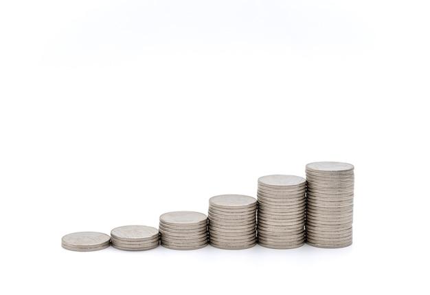 돈과 금융 개념입니다. 흰색 바탕에 은색 동전 스택의 근접 촬영입니다.