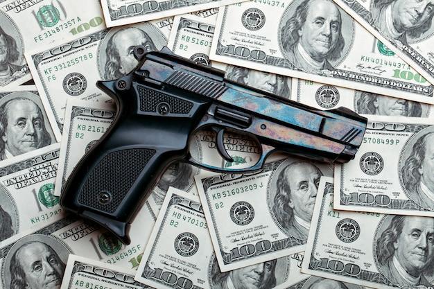 돈과 총. 달러