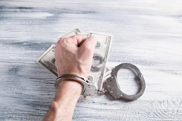 お金と手錠をかけられた人