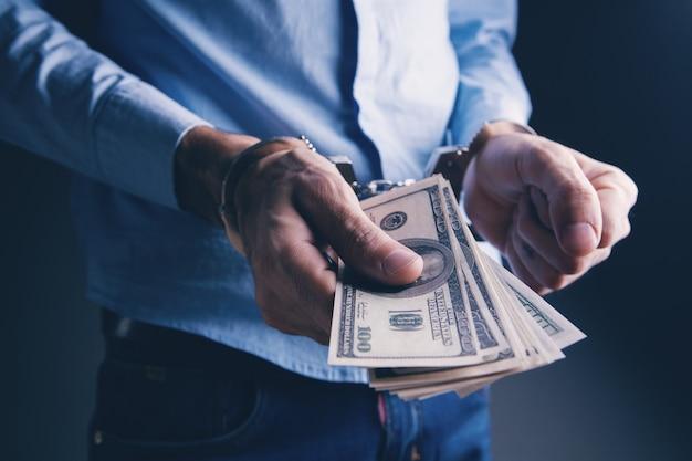 Деньги и наручники подкуп властей