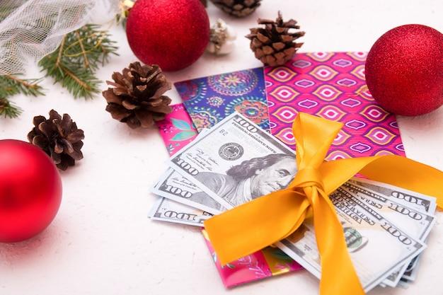 新年の贈り物としてのお金、クリスマス、黄金の夏と結びついたドル、弓、メモ用の封筒