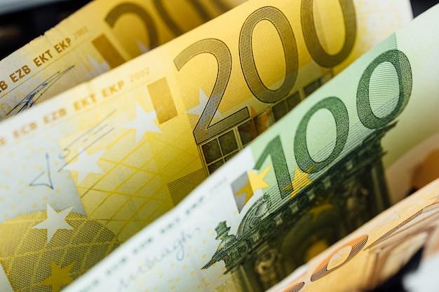 Денежный фон. доллар сша с банкнотами евро и концепцией инвестирования криптовалюты bitcoin.