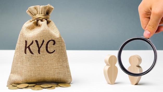 Денежный мешок с надписью kyc и двумя людьми. знай своего клиента концепция клиента.
