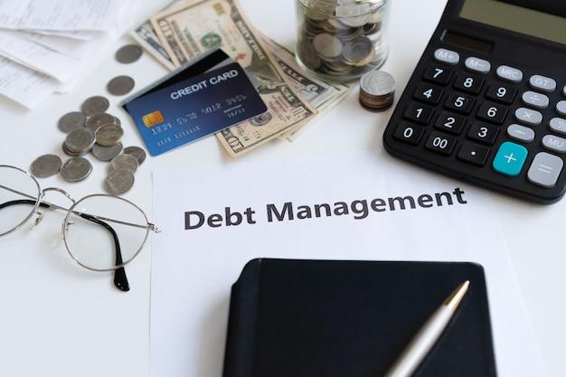 お金、計算機、クレジットカード、債務管理計画
