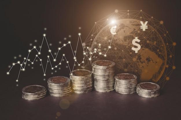 上昇する各線のお金のコイン、仮想ホログラム地球、統計、暗い背景のグラフとチャート。株式市場。ビジネスの成長、計画および戦略の概念。デジタルマーケティング。