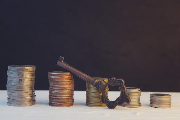 돈 동전 스택 검은 배경에 비즈니스를 성장. 개념