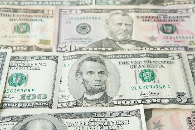 お金のカラフルな背景のクローズアップ。アメリカの自国通貨紙幣の詳細。富と繁栄の象徴