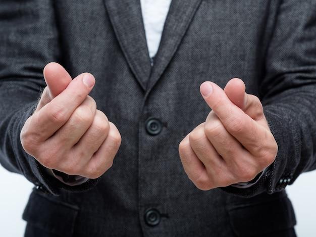 Жест подсчета денег. руки делового человека. средства, заработанные или потраченные. доходы и финансы компании.
