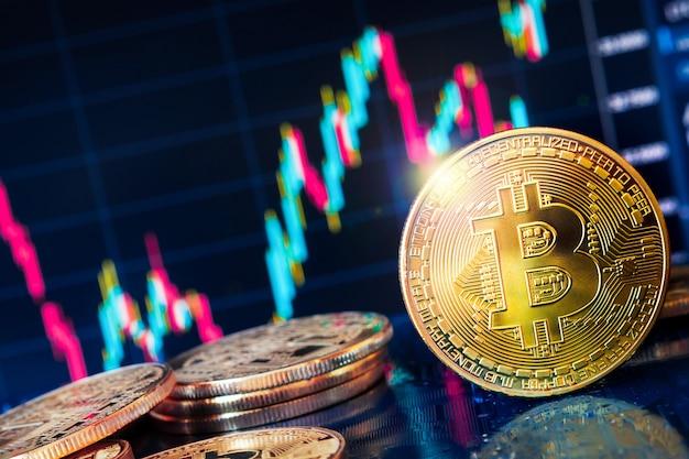 Деньги в криптовалюте. криптовалюта на заднем плане, золотая монета с изображением биткойна.