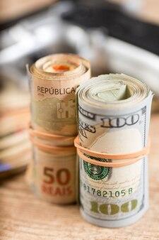 木製のテーブルにお金、薬、銃