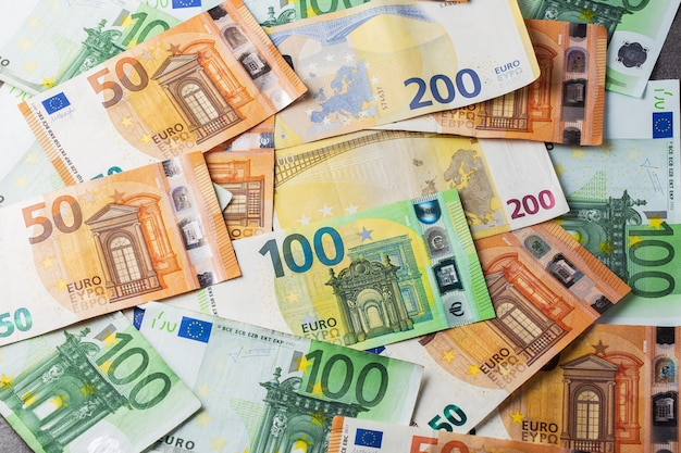 Деньги. евро наличными фон. евро деньги банкноты. куча бумажных банкнот евро в рамках платежной системы объединенной страны 50 100 200. пятьдесят, сто и двести евро. обои на стену.