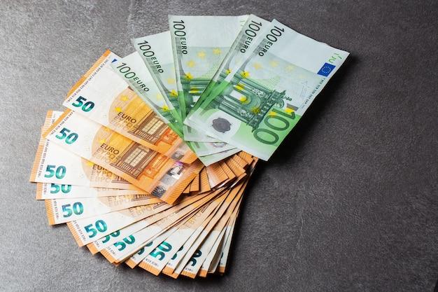 お金。ユーロ現金の背景。ユーロマネー紙幣。米国の支払いシステムの一部としての紙幣ユーロ紙幣の山50 100。 150ユーロ。壁紙。