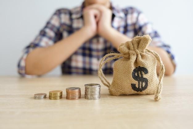お金、金融、ビジネスの成長の概念、思考と計画にコインのスタック。