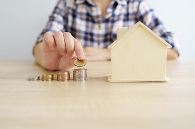 お金、金融、ビジネス成長の概念、思考と計画にコインのスタック。