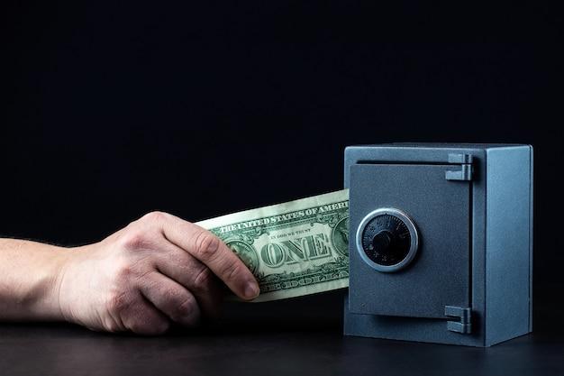 住宅の金庫のクローズアップ写真のお金