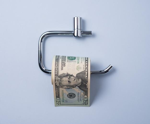 Деньги в виде рулона туалетной бумаги