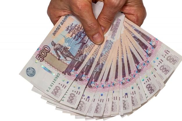Деньги в руках пожилой женщины