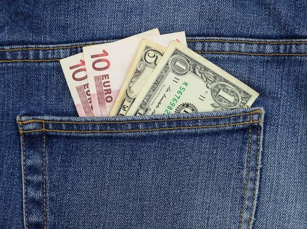 あなたのポケットにお金。ジーンズの後ろポケットにあるお札。閉じる。